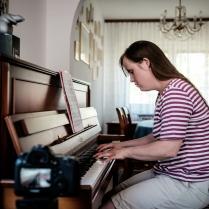 Carina Kühne am Klavier