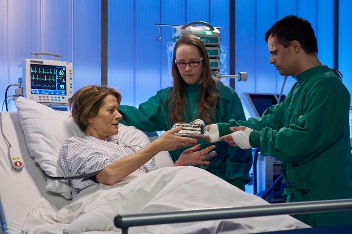 Manja Jokisch am Krankenbett der Mutter mit ihrem Freund SAXONIA MEDIA