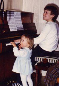Carina Kühne als kleines Mädchen und Tobias Kühne am Klavier